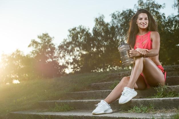 Sport na świeżym powietrzu piękna silna, seksowna wysportowana muskularna młoda kaukaski kobieta fitness trening w siłowni na diecie pompująca mięśnie brzucha i stwarzająca kulturystyka