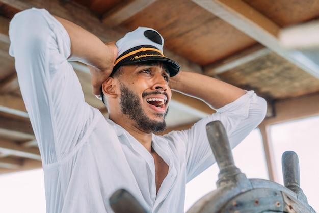 Sport żeglarski. kapitan dowodzący