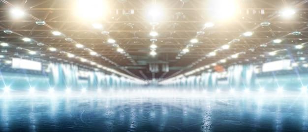 Sport. zimowe lodowisko w świetle reflektorów. puste lodowisko z lodem i światłami