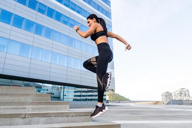 Sportive dziewczyna z dopasowanym ciałem trening na zewnątrz
