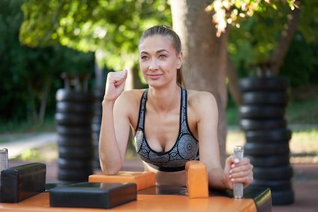 Sportive kobiet siłowanie się na rękę na świeżym powietrzu w parku letnim