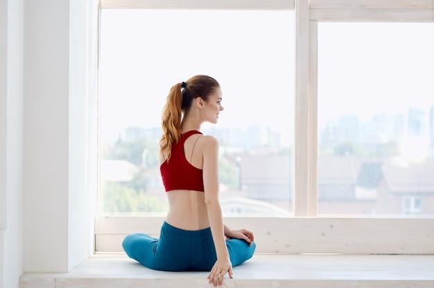 Sportive kobieta robi joga fitness trening medytacja