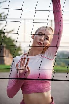 Sportive kobieta rozciąga się na zewnątrz.