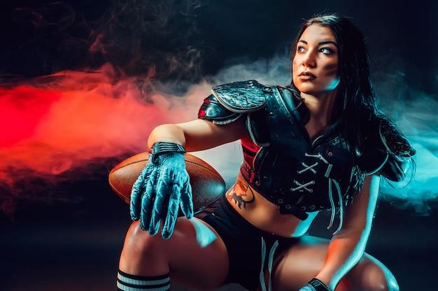 Sportive kobieta z rugby piłką