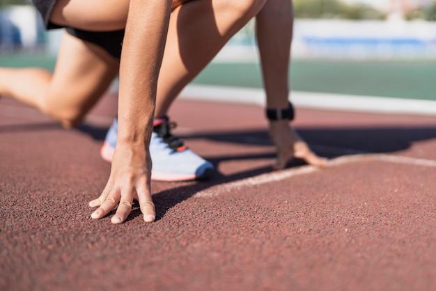 Sportowa biegacz pozuje na maratonie