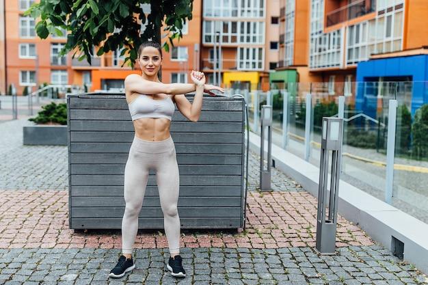 Sportowa dziewczyna. dziewczyna robi ćwiczenia fitness. piękna młoda sportowa kobieta w godzinach porannych.