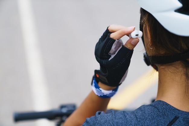Sportowa dziewczyna nosząca bezprzewodowe słuchawki