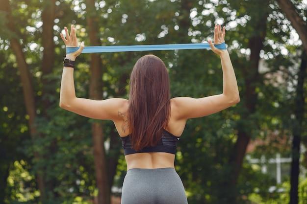 Sportowa dziewczyna trenująca ze sportowymi gumkami