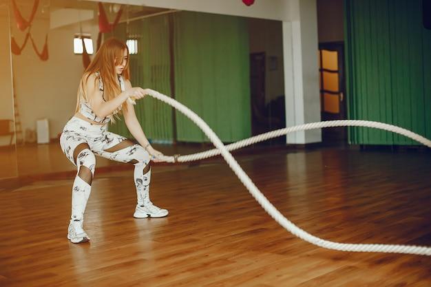 Sportowa dziewczyna w siłowni