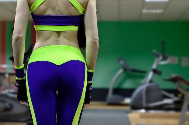 Sportowa dziewczyna w sportowej gym