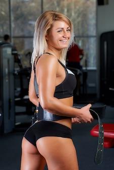 Sportowa dziewczyna w sportowej po treningu