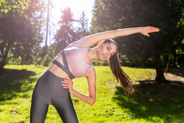 Sportowa dziewczyna z kucykiem ćwiczeń fizycznych na świeżym powietrzu