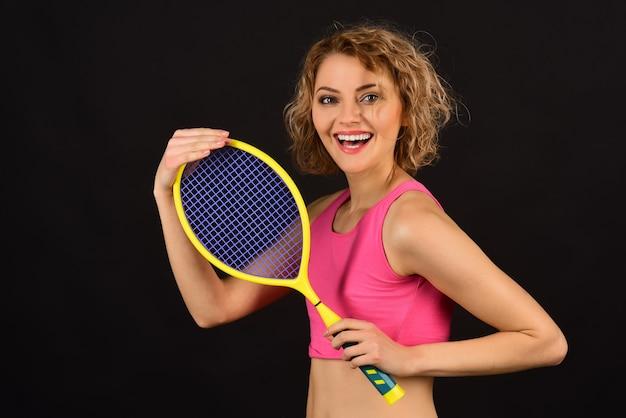 Sportowa gra koncepcja aktywnego stylu życia szczęśliwa kobieta gracz z rakietą tenisową kobieta w odzieży sportowej z