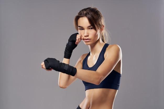 Sportowa kobieta bandaże ręczne poncz trening wojownika na białym tle