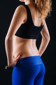 Sportowa kobieta bum and back on black