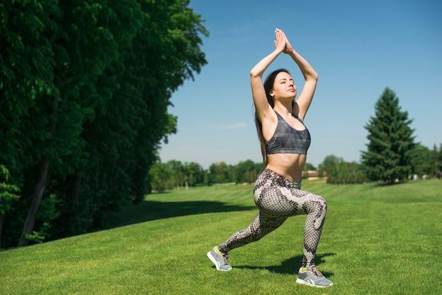 Sportowa kobieta ćwiczy joga plenerowa