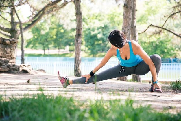 Sportowa kobieta robi ćwiczenia rozciągające