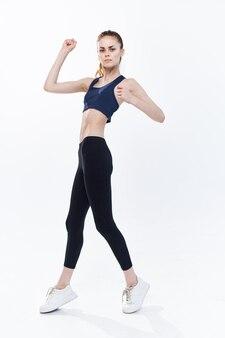 Sportowa kobieta skaczący trening energii aktywny styl życia