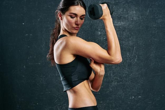 Sportowa kobieta szczupła sylwetka motywacja trening ciemne tło