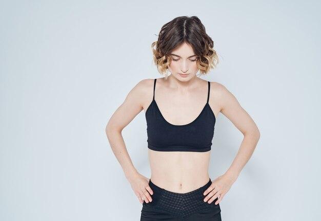Sportowa kobieta trening rozciągający jasne tło
