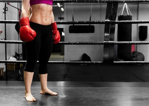 Sportowa kobieta w centrum szkoleniowym z kopii przestrzenią