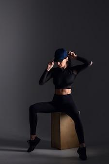 Sportowa kobieta w ciemnej scenie