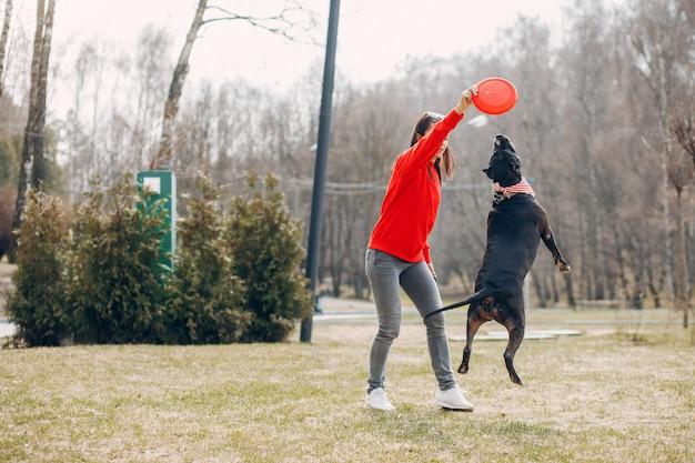 Sportowa kobieta w parku