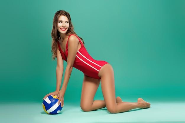 Sportowa kobieta z siatkówką