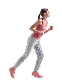 Sportowa młoda kobieta biegnie przed białym