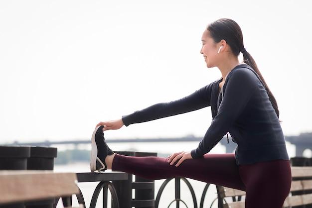 Sportowa młoda kobieta ćwiczy outdoors