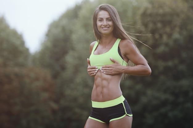 Sportowa młoda kobieta pracująca na zewnątrz out