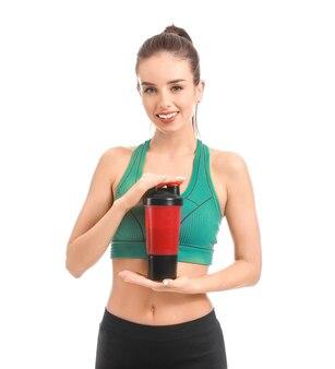 Sportowa młoda kobieta z koktajlem proteinowym na białym tle