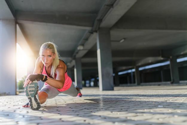 Sportowa młoda kobieta.
