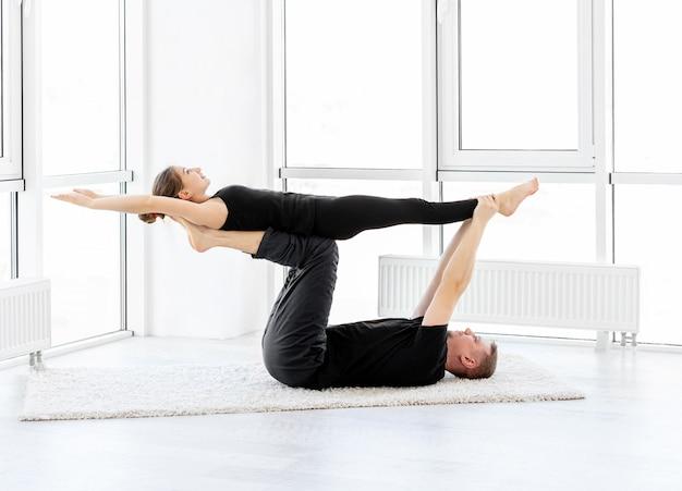 Sportowa para ćwiczenia w pomieszczeniu