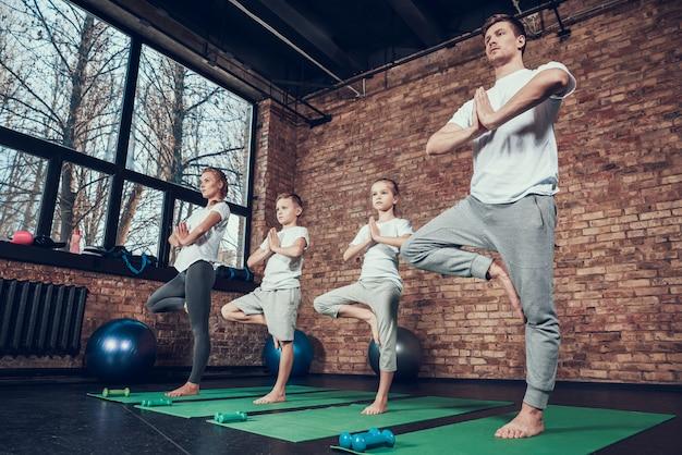 Sportowa rodzina spędza czas razem w siłowni.