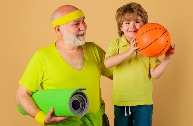 Sportowa rodzina. trening dziadka i wnuka. aktywność fizyczna i sport dla dzieci.