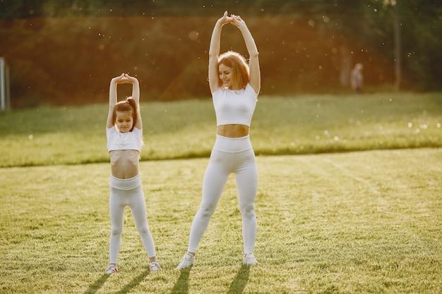 Sportowa rodzina w letnim parku