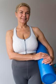 Sportowa starsza kobieta z krótkimi włosami widok z przodu