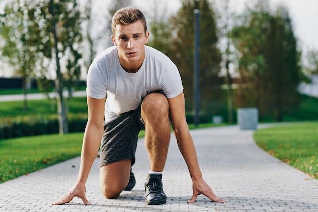 Sportowca w joggingu w parku