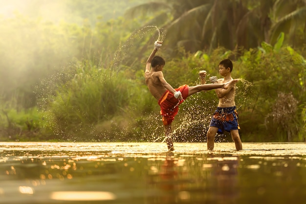 Sportowcy młodzieżowi ćwiczący boks, tajlandia.