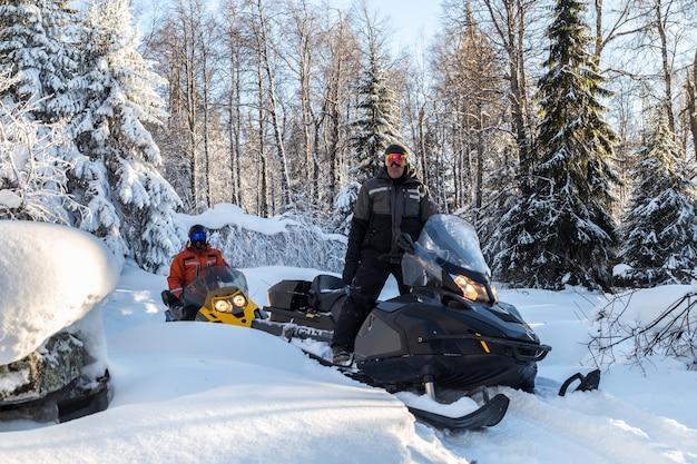 Sportowcy na skuterach śnieżnych.