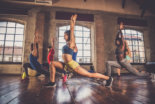 Sportowcy trenujący na siłowni