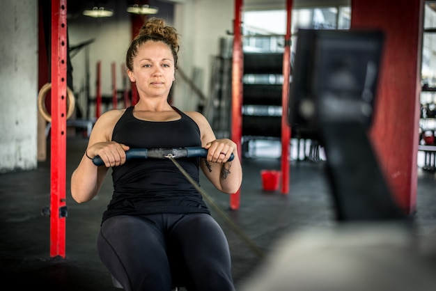Sportowcy trenujący w siłowni cross-fit