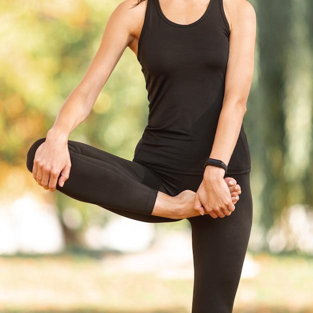 Sportowe ciało kobiety robi ćwiczenia rozciągające