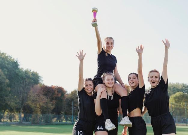 Sportowe dziewczyny wygrywają trofeum