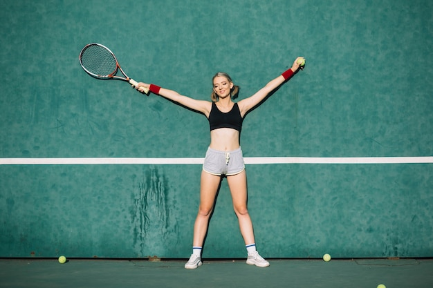 Sportowe kobiety na boisku tenisowym