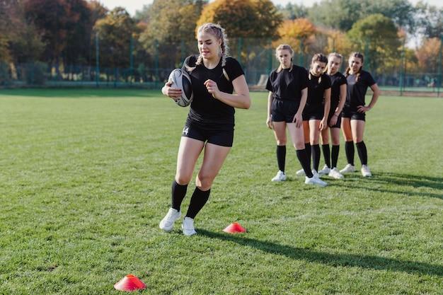 Sportowe kobiety trenujące piłkę nożną