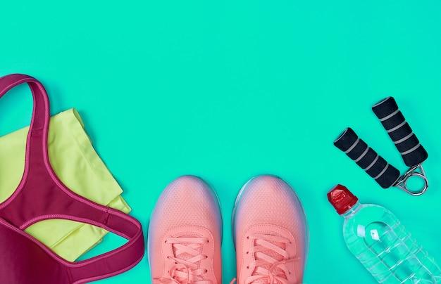 Sportowe obuwie tekstylne i inne przedmioty na tle fitness