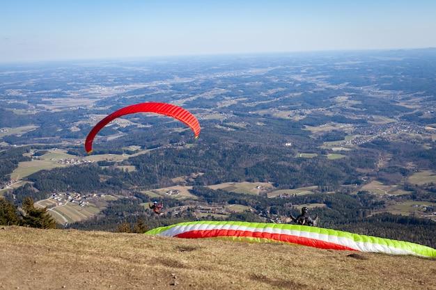 Sportowe paralotniarstwo na spadochronie nad okolicą