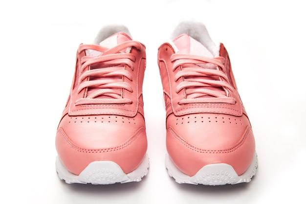 Sportowe skórzane trampki. swobodny styl. klasyczny. moda. różowy i